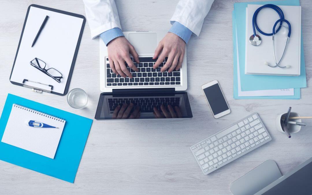 Tastatur, Bildschirm, Notizbuch. Was haben Computernutzer alles auf dem Schreibtisch stehen?